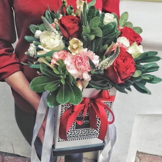 Композиция в коробке с красными розами: букеты цветов на заказ Flowwow