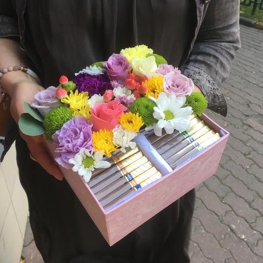 Коробка с хризантемами, розами, гиперикумом и шоколадом Merci: букеты цветов на заказ Flowwow