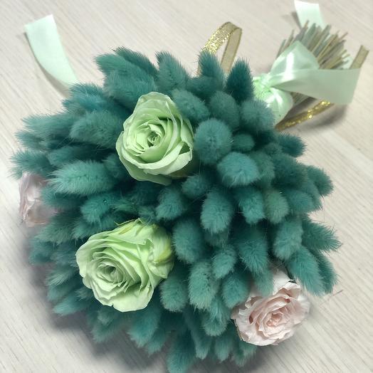 Изумрудный букет из сухоцветов и роз