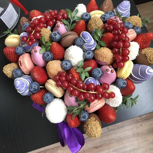 Коробка сердце с клубникой и макаронс: букеты цветов на заказ Flowwow