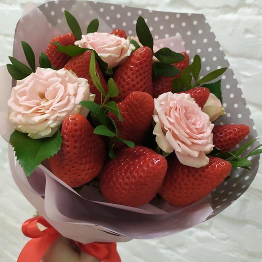 Букет- комплимент из клубники и роз