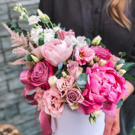 Шляпная коробка с розами и пионами