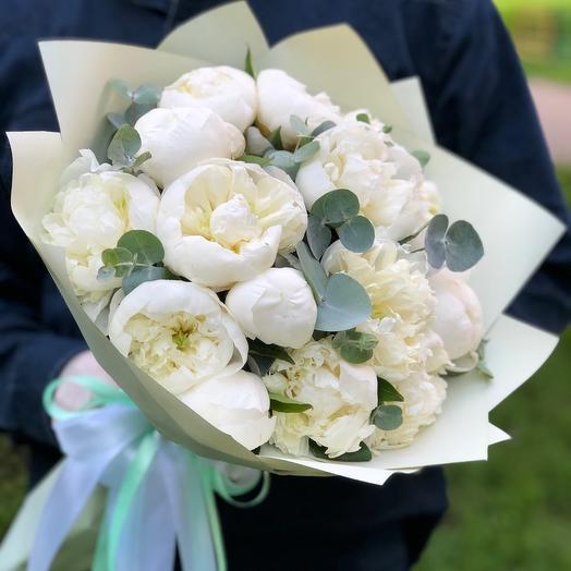 15 белоснежных Пионов с эвкалиптом: букеты цветов на заказ Flowwow