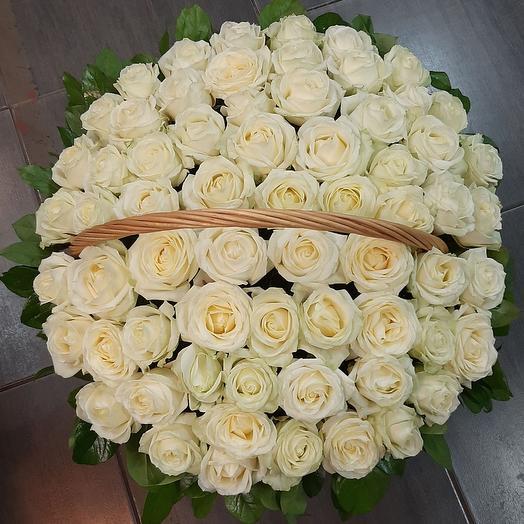 Корзина из белых роз