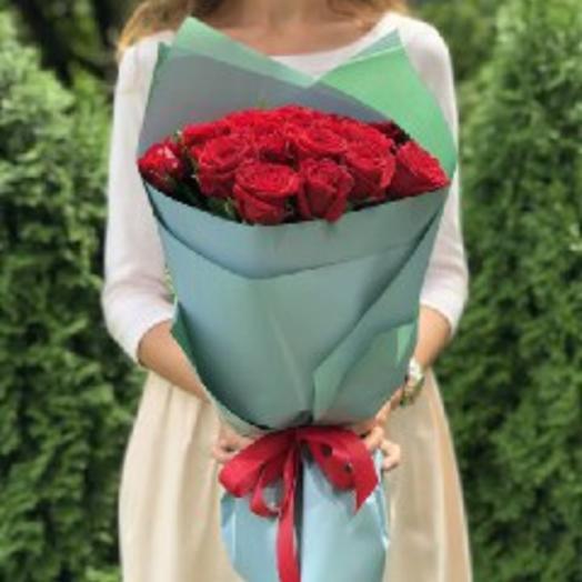 Букет 21 красная роза в упаковке