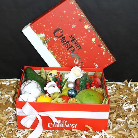 Подарочная коробка с фруктами и игрушками