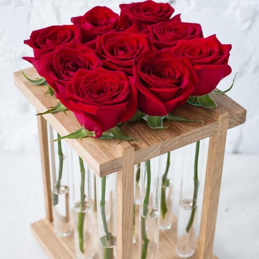 Алые розы в колбах и дубовом боксе