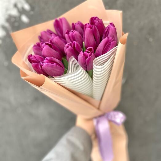 Букет 15 фиолетовых тюльпанов