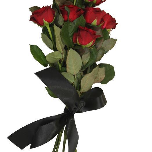 Красные розы на ленте