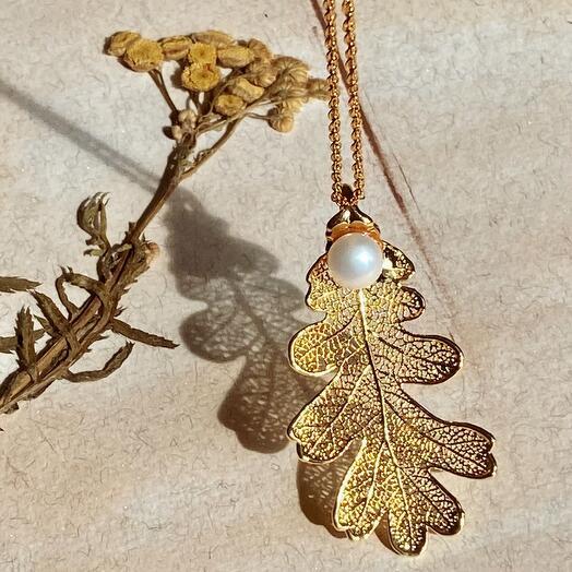 Лист Дуба в золоте с жемчужиной. Тичино