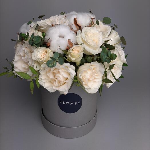 Композиция в коробке с розами и хлопком
