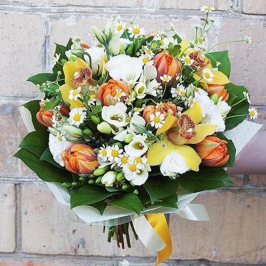 """Букет цветов """"Бриошь"""" из орхидеи, лизиантуса, фрезии, тюльпана и ромашки"""