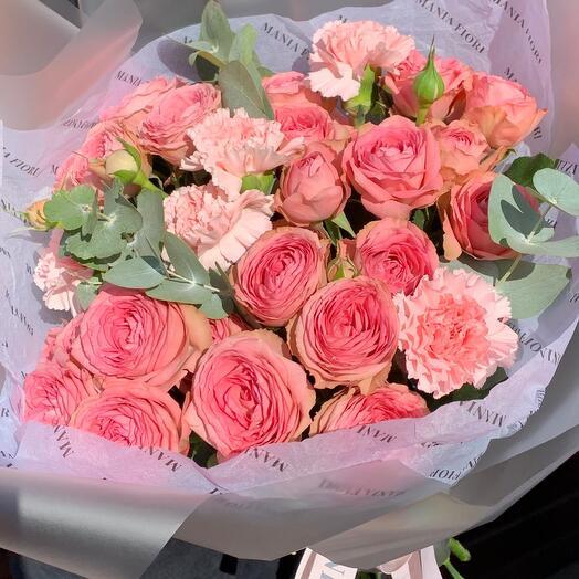 Букет из кустовой пионовидной розы, диантуса и эвкалипта