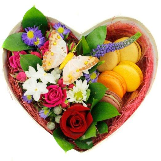 Коробочка с цветами и макарунами 3: букеты цветов на заказ Flowwow