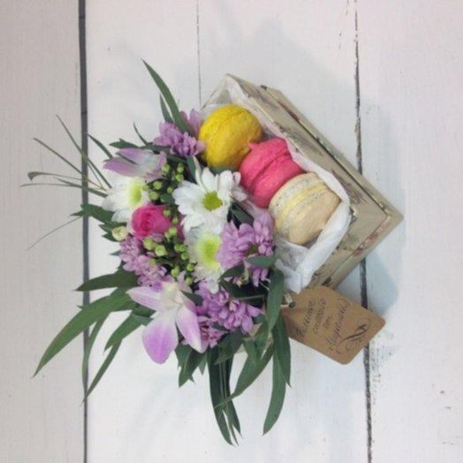 Цветочный мини-бокс с французскими пирожными: букеты цветов на заказ Flowwow