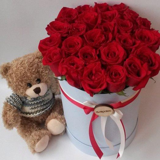 25 красных роз в шляпной коробке и мягкий мишка