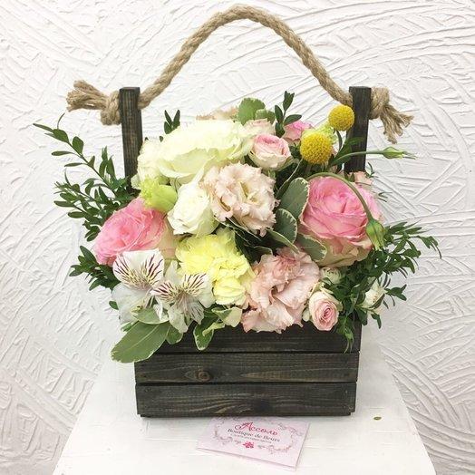 Деревянный ящик с цветоми