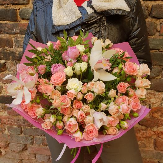 Шикарный букет кустовых роз и орхидей