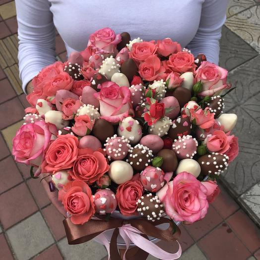 Шляпная коробка с клубникой и цветами «Любимой супруге»: букеты цветов на заказ Flowwow