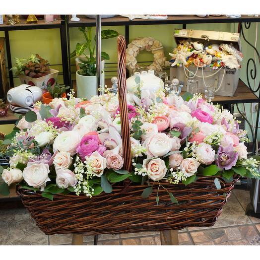 Корзина с цветами Наслаждение роскошью: букеты цветов на заказ Flowwow