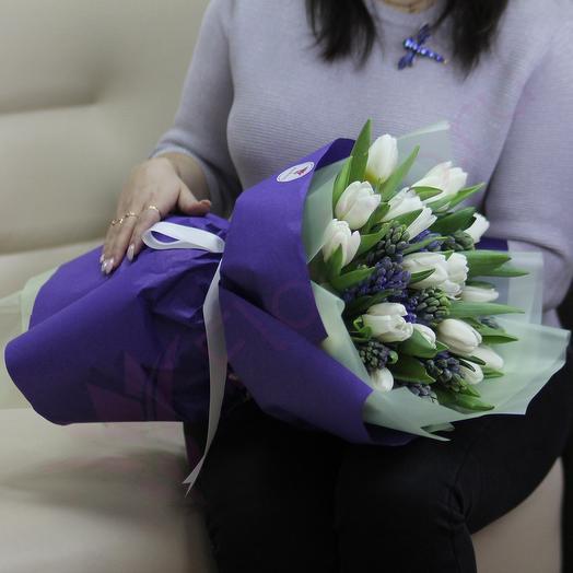 Белые тюльпаны, синие гиацинты
