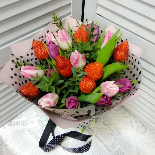 Букет из тюльпанов с клубникой: букеты цветов на заказ Flowwow