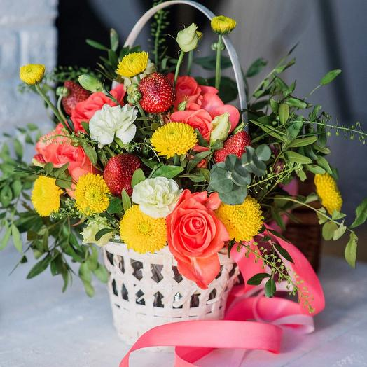 """Корзинка с клубникой """"Таинственный Лес"""": букеты цветов на заказ Flowwow"""