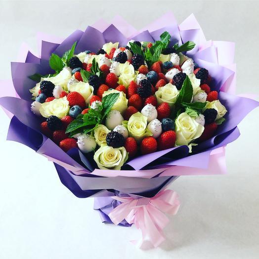 Клубники с белыми розами