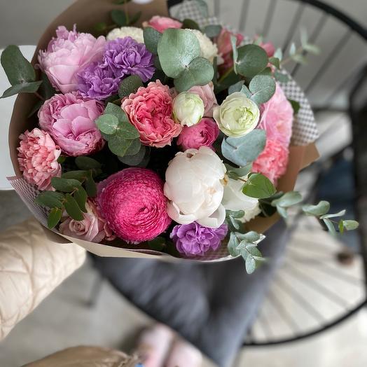 Шикарный букет с садовыми розами и ароматными пионами