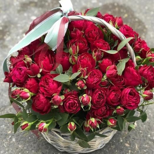 Красные кустовые розы в корзине