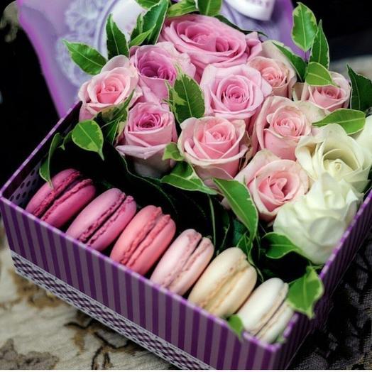 Коробочка с цветами м макарунсами