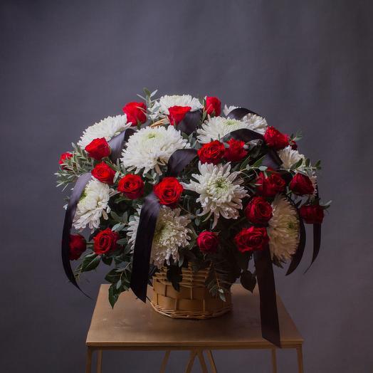 Траурная корзина с розой и хризантемой