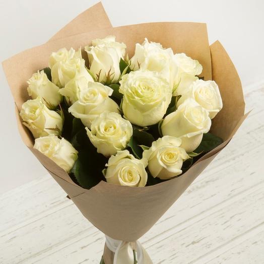 15 белых роз в крафте