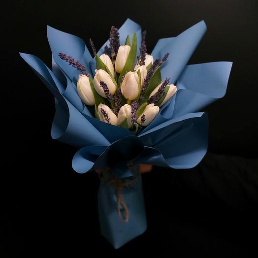 Букет с белыми тюльпанами и лавандой