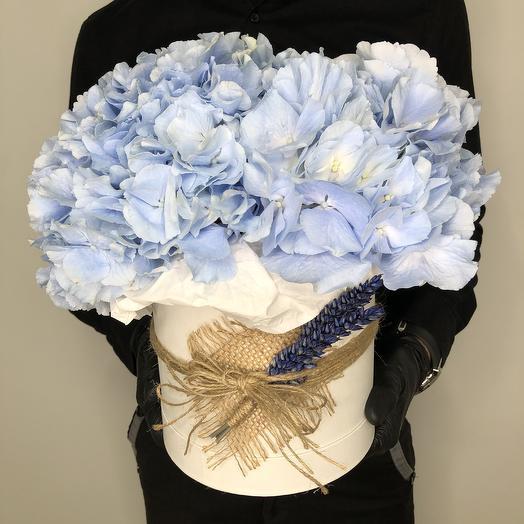"""Love is"" XXXL синяя гортензия в шляпной коробке персикового оттенка"