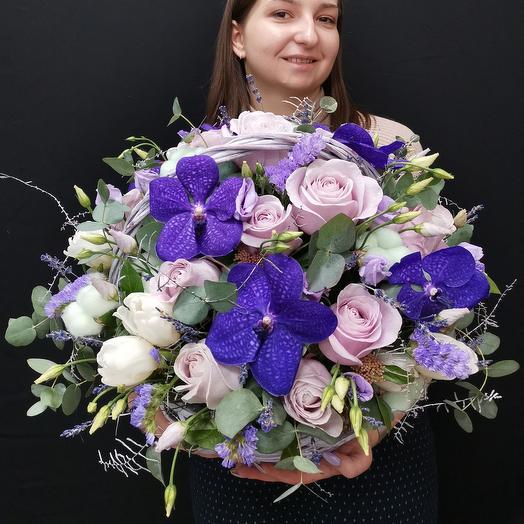 Прованс. Корзина из роз и орхидеи ванда