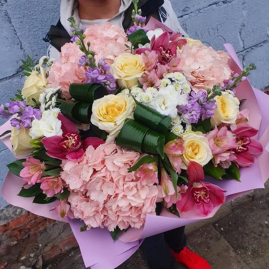 Шикарный букет с гортензией и пионовидной розой