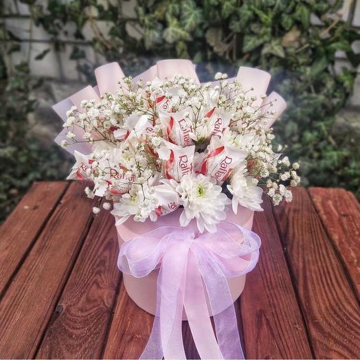 Букет хризантем с рафаэлло. Цветы с рафаэлло. Букет в коробке