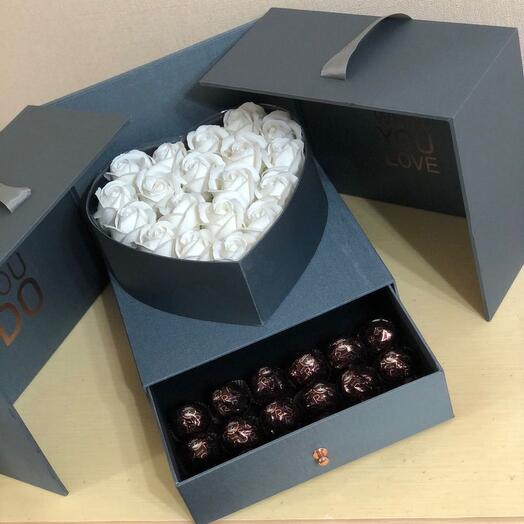 Белые мыльные розы в коробке с ящичком на выписку