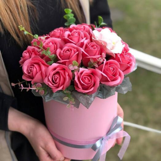 Композиция с мыльными розами в коробке