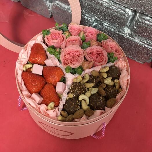 Коробочка с клубникой и конфетами