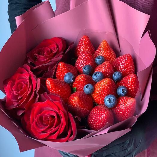 Букет с клубникой и розой