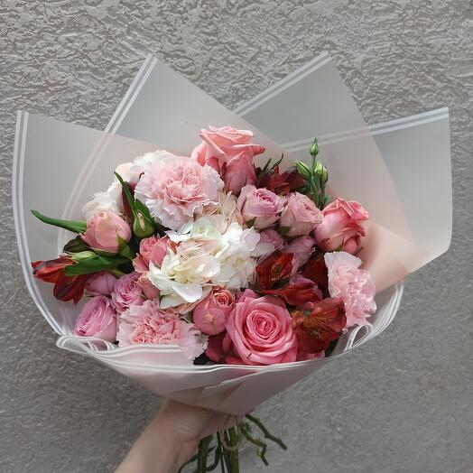 Нежный красивый букет с гортензией и ассорти цветов