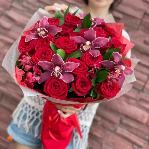 Букет с красными  розами и орхидеями