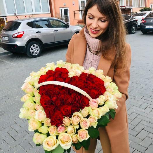 101 роза в корзине в форме сердца