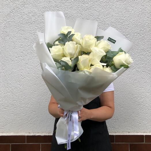 Монобукет из белых роз с эвкалиптом