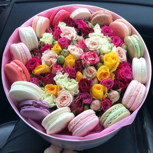 Кустовые розы и макаруни: букеты цветов на заказ Flowwow