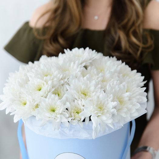 Средняя коробка с белыми хризантемами: букеты цветов на заказ Flowwow
