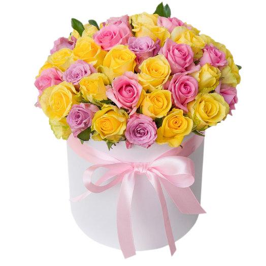 Микс роз в белой шляпной коробке