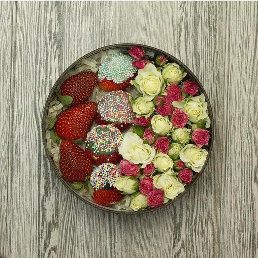 Коробочка с клубникой и цветами: букеты цветов на заказ Flowwow